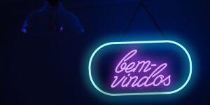 """letreiro neon com os dizeres """"bem vindo"""""""