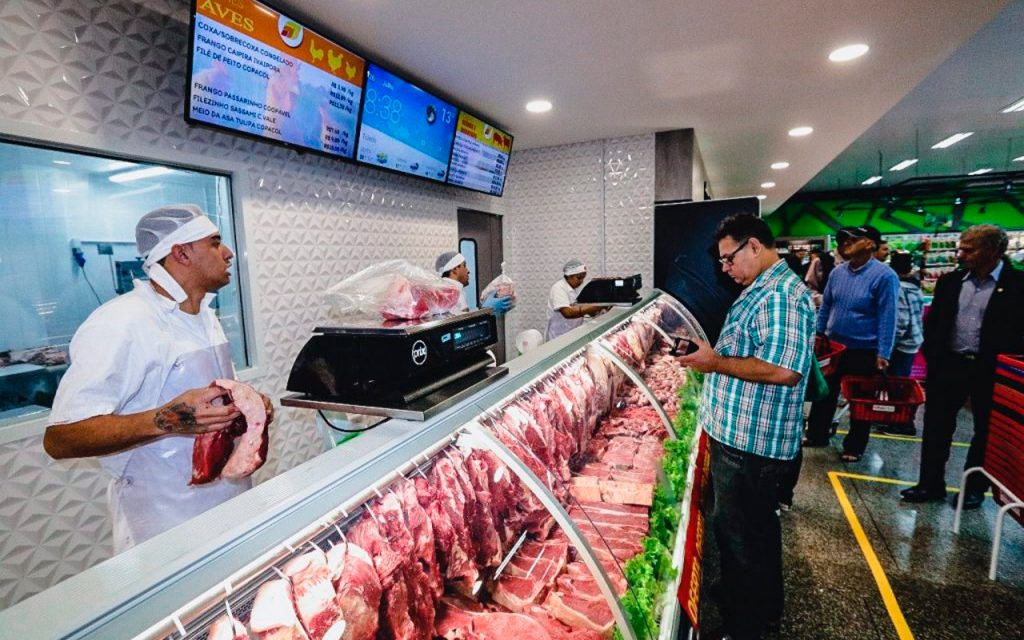 Balcão de açougue do Supermercado Primato com sinalização digital