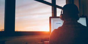 janelas com luz natural no escritório - um dos benefícios mais desejados nas empresas