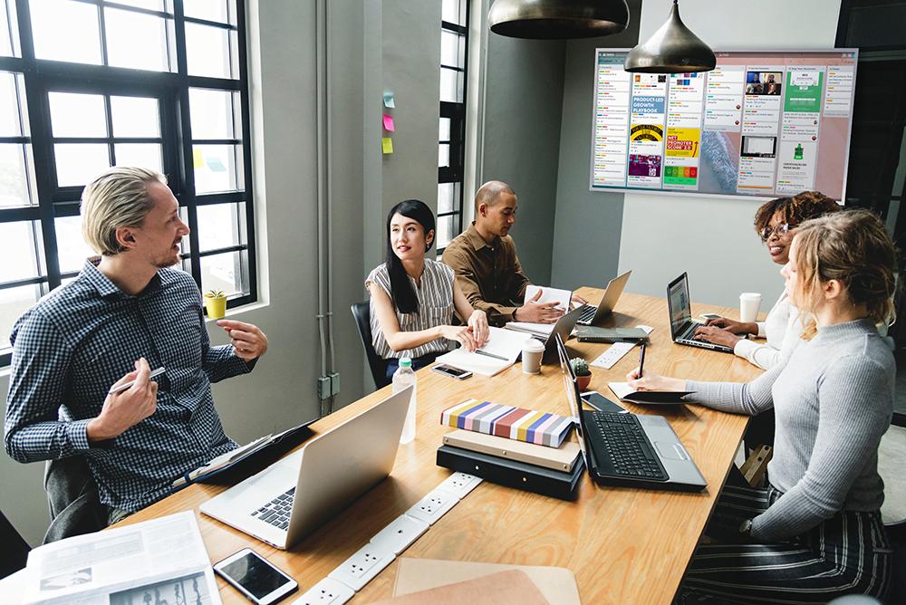 A tv corporativa na sala de reuniões disponibiliza informações que permitem uma melhor tomada de decisões