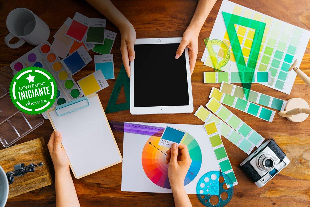 pessoas trabalhando com materiais gráficos, tablet e rodas de cor