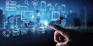 mão apontando para itens tecnológicos tentando selecionar o software correto