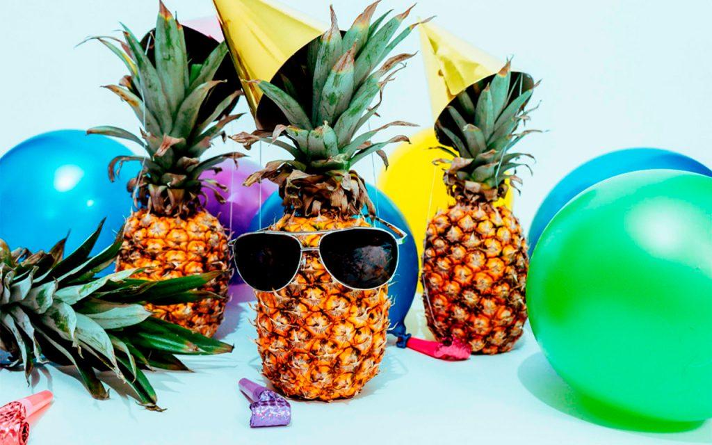 datas comemorativas na empresa - abacaxi com chapéu de festa