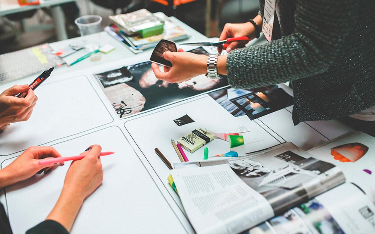 pessoas criando um quadro de comunicação interna em conjunto