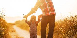 Pai e filho caminhando juntos - dia dos pais