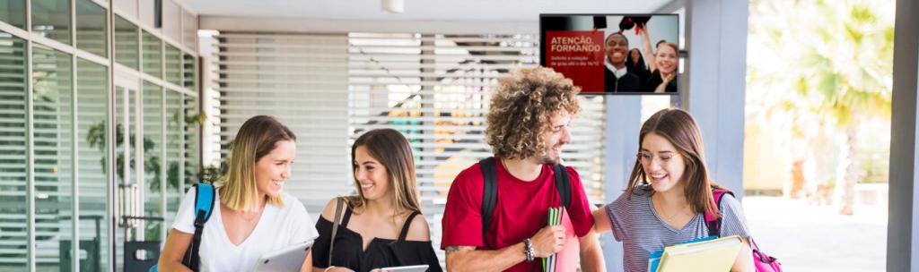 Telas de digital signage na universidade